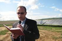 Solární elektrárnu v Polešovicích zažehnal P. Vít Hlavica.