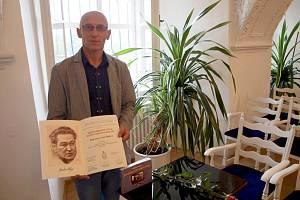 Mimořádného úspěchu v podobě zisku Mezinárodní ceny Egona Ervína Kische za knihu Bojovali za císaře pána dostalo jejímu autorovi a řediteli Knihovny Bedřicha Beneše Buchlovana Radovanu Jančářovi.