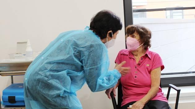 Očkování v ordinaci Evy Dokoupilové odsýpá jako na drátkách. Denně zvládnou 200 lidí. Při odchodu si každý z naočkovaných s sebou odnáší certifikát. Stejně se to děje i v případě tamní nejstarší pacientky.
