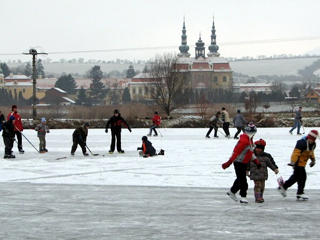 Děti i dospělí využívají Konventní rybník k zimním sportům.