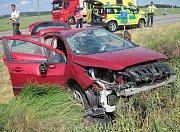 Dva zraněné vytáhli z auta v příkopu hasiči.