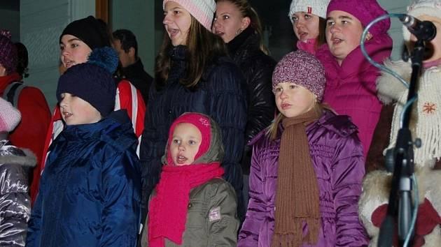 1. ročníku Česko zpívá koledy se v Uherském Hradišti zúčastnilo na 200 stovky občanů.