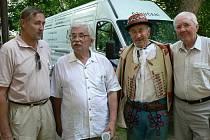 Zprava: Václav Harnoš, František Okénka, Ludvík Vaculík a Okénka ml.