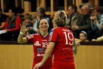 Tereza Chmelařová se společně s Lenkou Flekovou raduje z jedné ze svých jedenácti branek.
