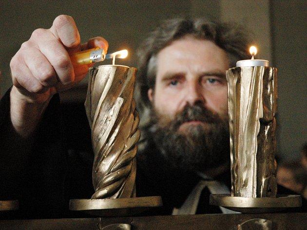 Na ekumenické bohoslužbě nemůže chybět světlo svící.