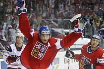 Možná ani Karel Rachůnek (vpravo) nevěřil svým očím, co to Jaromír Jágr provádí. Slavná osmašedesátka totiž byla k neudržení, hattrickem zničila USA a poslala český tým do semifinále mistrovství světa.