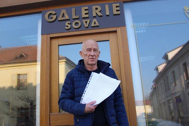 Majitel Galerie Sova Leoš Filipi s podepsanou výzvou v ruce.