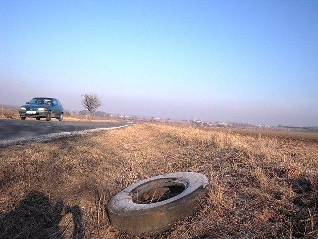 Cestu z Ostrožské Lhoty do Ostrožsklé Nové Vsi zdobí hned několik starých pneumatik.