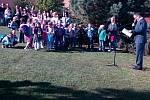 V základní škole Uherské Hradiště Jarošov přivítali nový školní rok. Ředitel Pavel Jančář vítá prvňáčky. K rodičům přednesl krátký projev o dosavadních úspěších žáků školy i o plánech do budoucna.