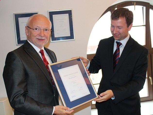 Certifikát o udělení ratingu převzal starosta Uherského Hradiště Květoslav Tichavský (na snímku vlevo) od zástupce agentury Moody´s Investors Service Petra Vinše.