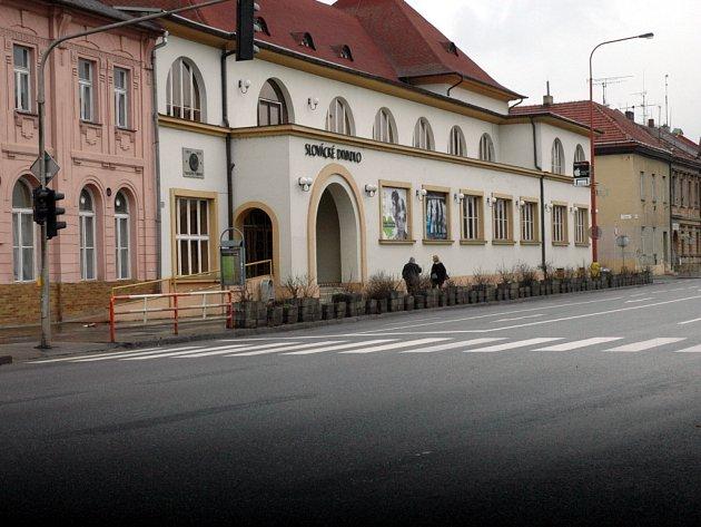 Mladík ležel u Slováckého divadla.