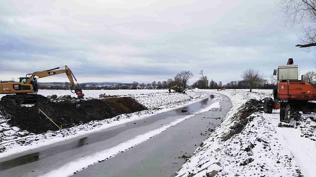 Opravy Baťova kanálu v lednu 2021 u Veselí nad Moravou.