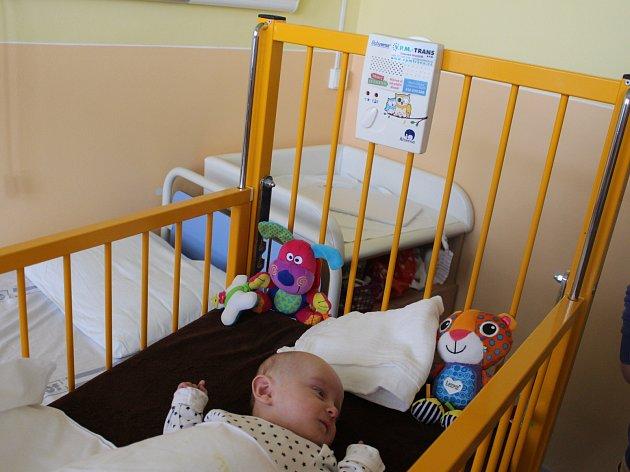Nadace Křižovatka ve spolupráci s několika regionálními společnostmi darovali Uherskohradišťské nemocnici čtrnáct monitorů dechu pro novorozence.