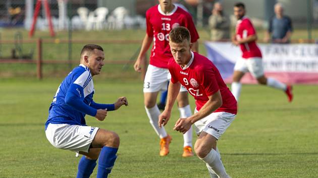 Ani trefa záložníka Marka Mančíka (v červeném dresu) fotbalistům Uherského Brodu další body nepřinesla. Slovácký celek prohrál ve Velkém Meziříčí 2:3.