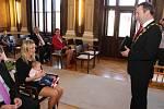 V obřadní síni uherskohradišťské radnice předal starosta Stanislav Blaha při slavnostním ceremoniálu poukaz na deset tisíc korun rodičům Romanovi Zálešákovi a Jitce Mikušové, kterým se narodil první občánek města v roce 2017 Lukáš Zálešák.