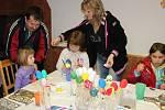 Ozdobit velikonoční vajíčka si přišla na košíckou Obecnici hlavně děvčátka.