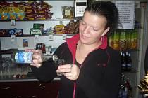Prohibice končí, prodejci už prodali první panáky. Například v pivnici v centru Uherského Hradiště si na rumu a vodce pochutnávali štamgasti jen pár hodin po ohlášeném ukončení prohibice