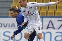 Prvoligoví fotbalisté Slovácka (v bílém) se v Ústí nad Labem neprosadili a na jaře zatím vstřelili pouze jeden gól.