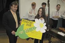 Symbolický šek převzala od Leoše Ptáčka (na snímku vlevo) vedoucí Kopretiny Alena Novotná.