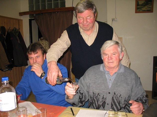 Mezi  dvěma desítkami porotců, hodnotících kvalitu loňských pálenek, nechyběli ani Pavel Adamec a Josef Daněk (vpravo).