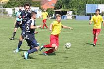 Fotbalisté Kroměříže (ve žlutých dresech)  klopýtli hned na startu nové sezony, když v Kunovicích podlehli béčku Slovácka 3:4.