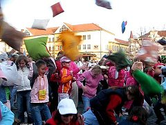 Polštářová bitva na náměstí v Uherském Hradišti