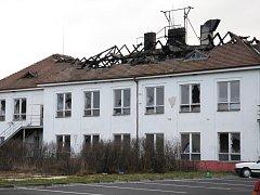 Požárem zničená střecha budovy v areálu kasáren v Uherském Hradišti.
