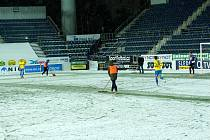 Fotbalisté Slovácka (v bílých dresech) hostili v předehrávce 19. kola FORTUNA:LIGY Teplice. Páteční duel poznamenalo vydatné sněžení.