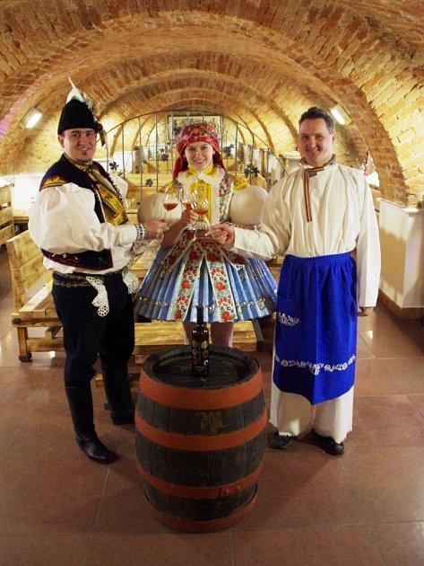 Nejpohlednější stárkovský pár roku 2012, sourozenci Nikola a Zdeněk Pastorkovi zJalubí si na sklonku minulého týdne převzal zrukou zástupce vinařství Zlomek a Vávra vítěznou cenu, tedy tolik vína, kolik váží stárka.
