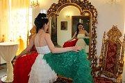 Manekýnky se před vystoupením zhlédly v zrcadle.