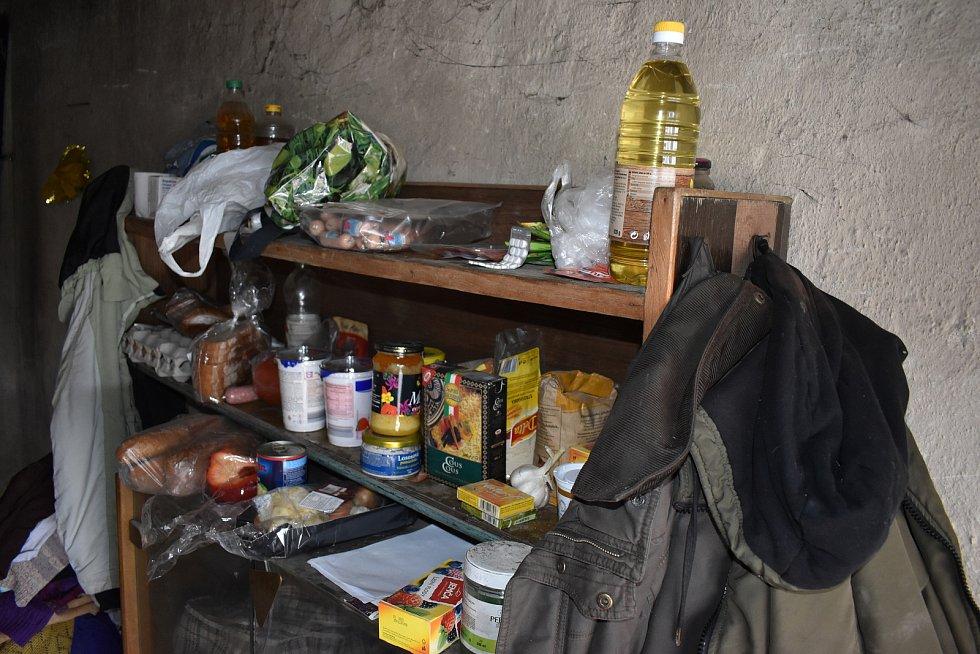 Angelika bydlí v garáži za Sokolovem a píše synům do německého vězení.