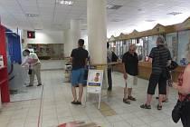 Na pobočce České pošty v Uherském Hradišti se nepřetržitě tvoří fronty, v nichž čekají návštěvníci na vyvolání svého čísla.