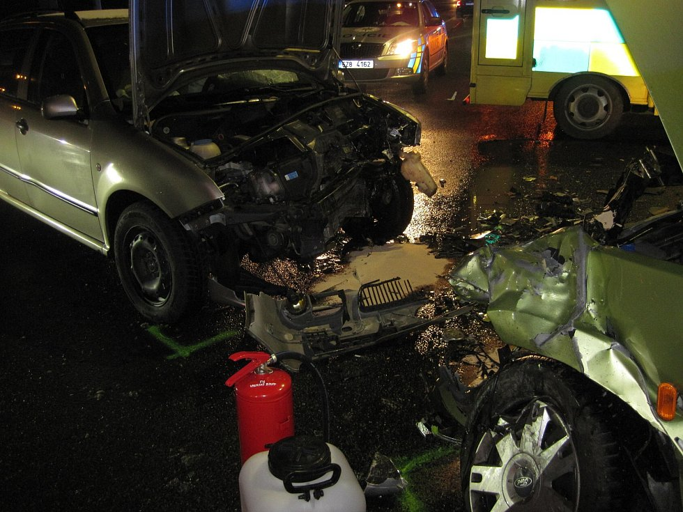 Nehoda dvou osobních automobilů v Uherském Brodě si vyžádala ošetřování tří zraněných osob.