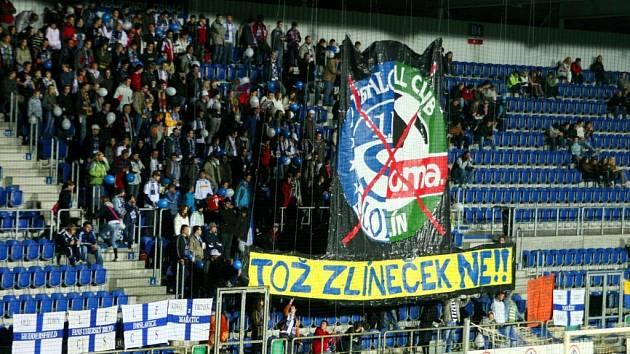 """Běžela přesně 60. minuta utkání mezi Slováckem a Fulnekem, když """"kotel"""" domácích fanoušků roztáhl za brankou obří transparent proti plánované fúzi Slovácka se Zlínem."""