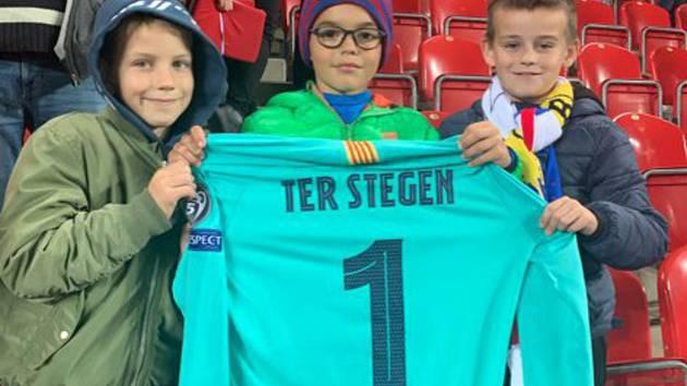 Tobiáš Michalčík (uprostřed) s dresem od brankáře Barcelony.