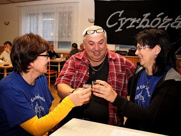 VŮNĚ PÁLENEK. Kulturním dům v Jankovicích byl v sobotu provoněn destiláty z modrého a letního ovoce, ale také likéry.
