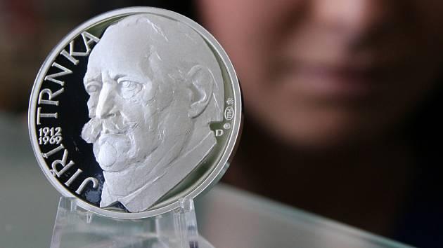Stříbrná pamětní medaile připomíná 100 let od narození Jiřího Trnky.