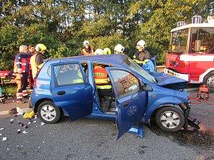 Senior za volantem naboural do protijedoucích aut