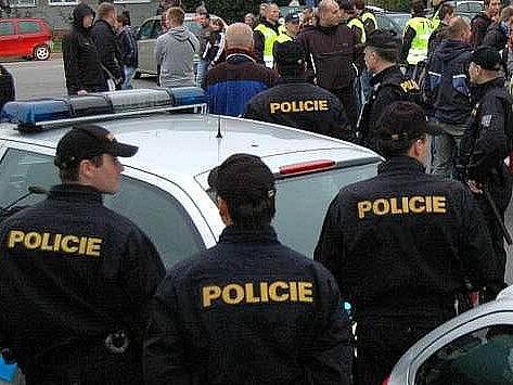 Policie dohlíží na fotbalové fasnoušky. Ilustrační foto
