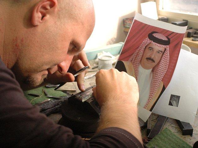 Rytec René Ondra (na snímku) se svým týmem právě finišuje při tvorbě ornamentů a portrétu obdarovávaného vládce.