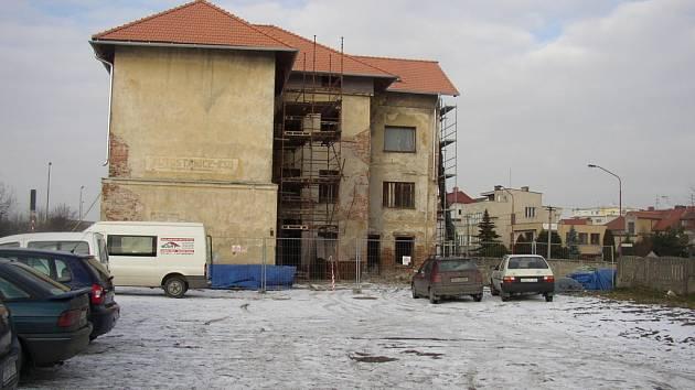 Stávající nevzhledná budova se možná změní na levné ubytovací zařízení.