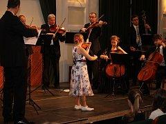 V sále hradišťské Reduty přivítalo na sto padesát posluchačů žáky uměleckých škol, kteří si krátce zahráli v doprovodu Slováckého komorního orchestru v čele s Jiřím Pospíchalem.