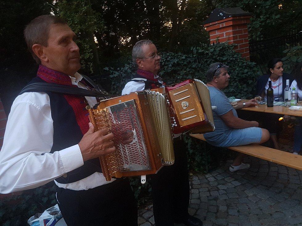 Jeden z vrcholů sobotoního program Slavností vína a otevřených památek bylo putování mezi historickými sklípky na Vinohradské. O zábavu se návštěvníkům postaralo přes deset cimbálových muzik a dvaadvacet stanovišť s kvalitním vínem.