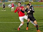 Útočník Filip Hruboš (na snímku vlevo) se nechal v Petřkovicích vyloučit a fotbalistům Uherského Brodu bude v posledním zápase v Hodoníně citelně chybět.