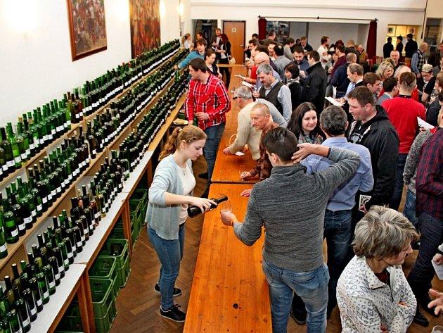 NA KOŠTU. Míkovický kulturní dům byl v sobotu plný milovníků vína.