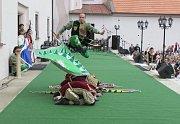Vlajkonoši dokázali přeskočit devět klečících a k zemi hlavami skloněných svých přátel a ještě přitom pod svými nohami zatočit praporem.