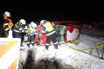 Po saltu skončila řidička s autem v příkopu na střeše.