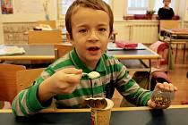 Dotované neochucené i ochucené mléčné výrobky dětem chutnají.