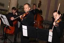 Ve staroměstském kostele svatého Ducha zněly třetí adventní neděli tóny barokních mistrů v podání Slováckého komorního orchestru, Jiřího Pospíchala a jejich hostů.