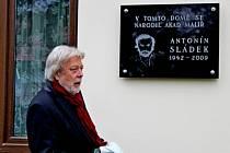 Vzpomínkové odpoledne na svého rodáka akademického malíře Antonína Sládka uspořádali v Huštěnovicích. Na jeho rodném domě odhalil malíři pamětní desku herec Jan Kanyza.
